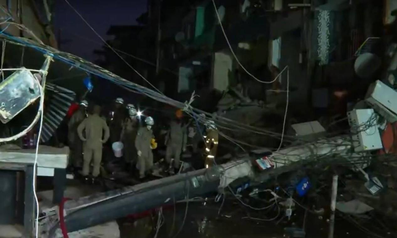 Local é de bastante risco para os bombeiros, segundo comandantes da operação de resgate Foto: Reprodução / TV Globo