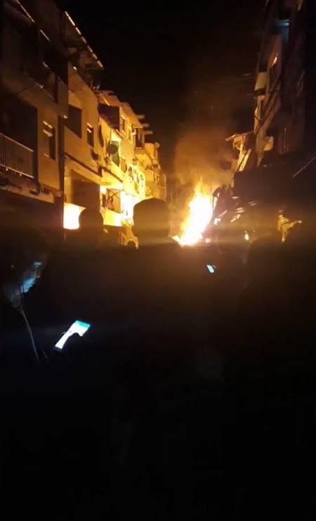 O desabamento, que causou também a queda de postes de energia, provocou um incêndio no local, que foi controlado pelos bombeiros Foto: Reprodução / TV Globo