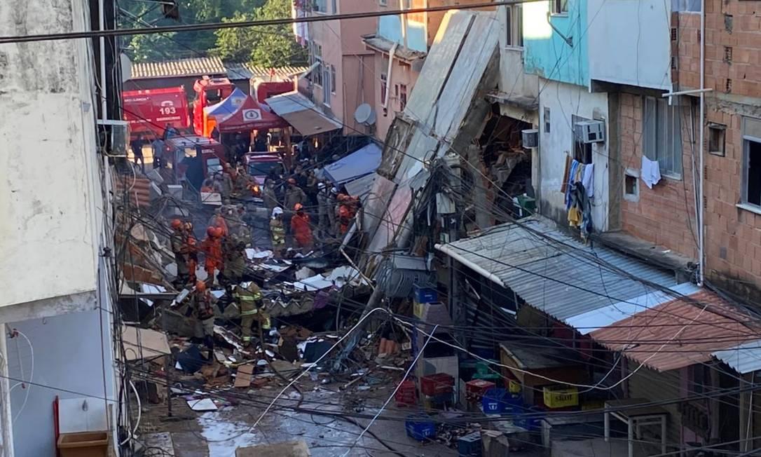 Bombeiros trabalham no resgate de vítimas de desabamento em Rio das Pedras Foto: Márcia Foletto / Agência O Globo