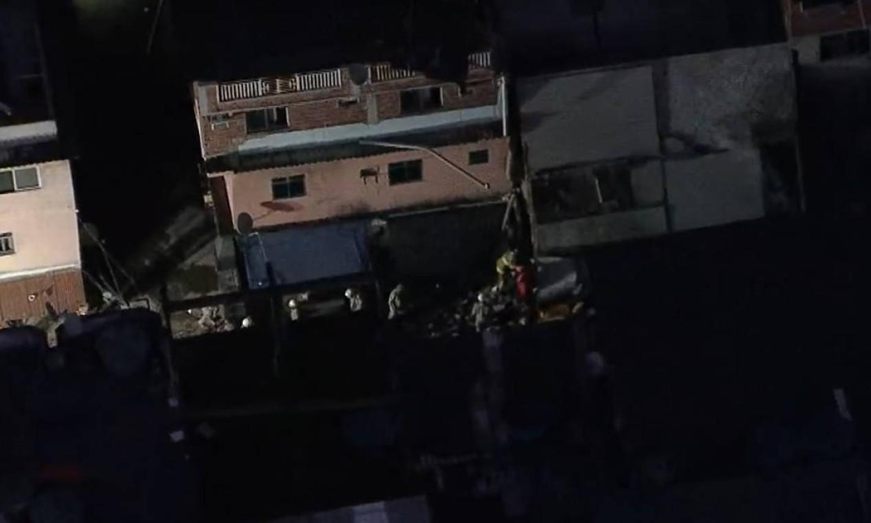 Prédio que desabou fica na Rua das Uvas, esquina com Avenida Areinhas. Outros prédios no entorno foram abalados e podem sofrer interdição Foto: Reprodução / TV Globo