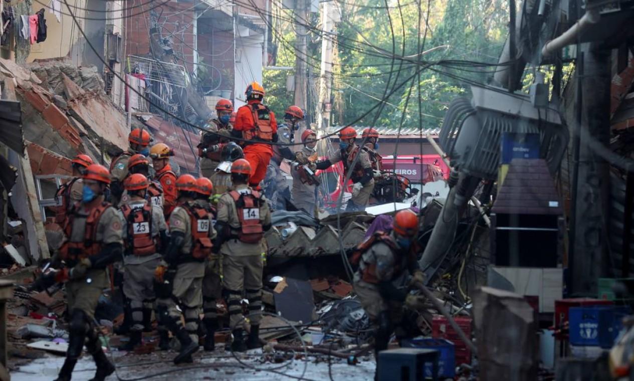Bombeiros especializados em resgate deste tipo trabalham na busca por três vítimas que estão sob os escombros Foto: Ricardo Moraes / Reuters