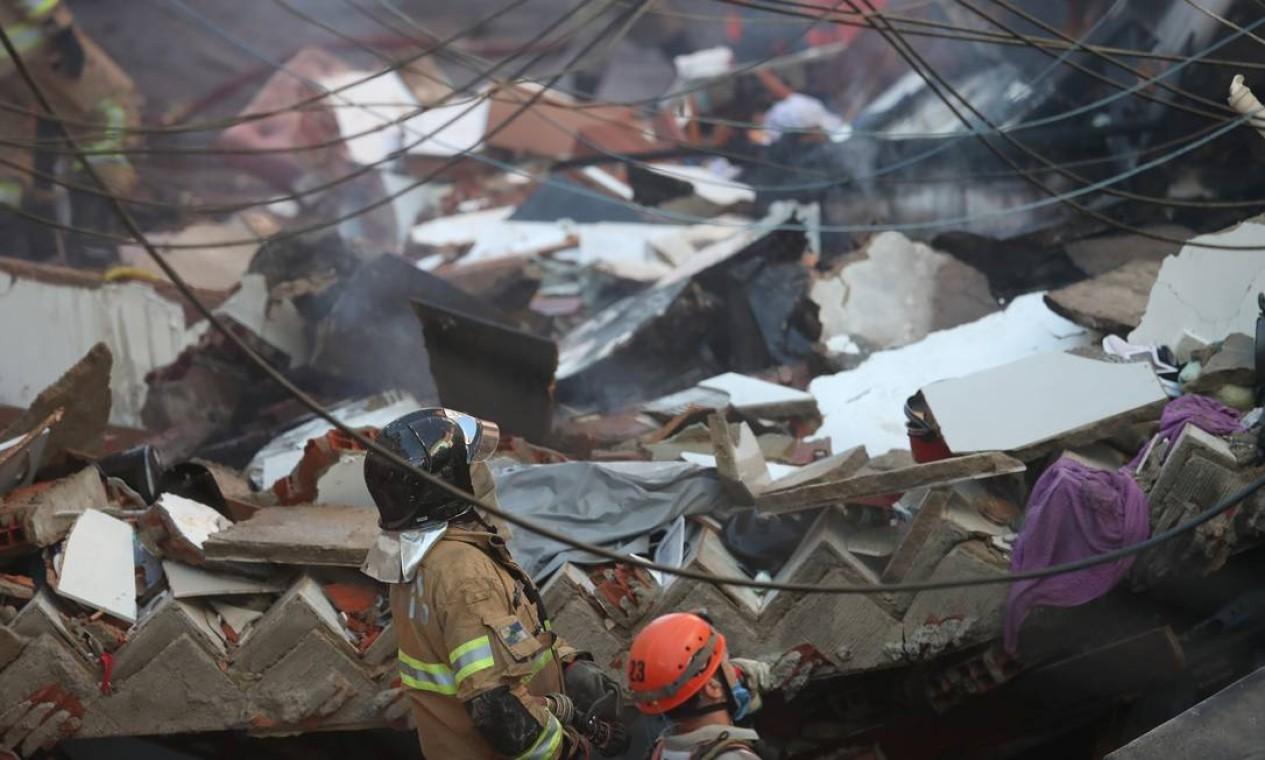 Bombeiros procuram vítimas entre os destroços de um prédio que desabou em Rio das Pedras Foto: RICARDO MORAES / REUTERS