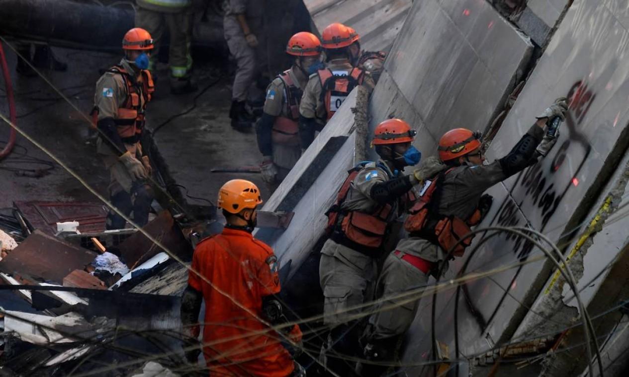 Bombeiros trabalham no local dos escombros. Resgate exige muita calma e muita paciência dos agentes Foto: MAURO PIMENTEL / AFP