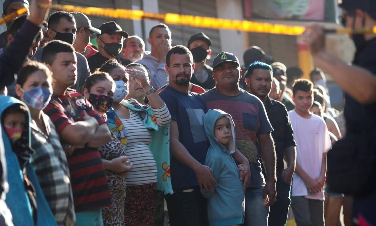 Pessoas da localidade acompanham o trabalho de resgate desde a madrugada desta quinta Foto: RICARDO MORAES / REUTERS