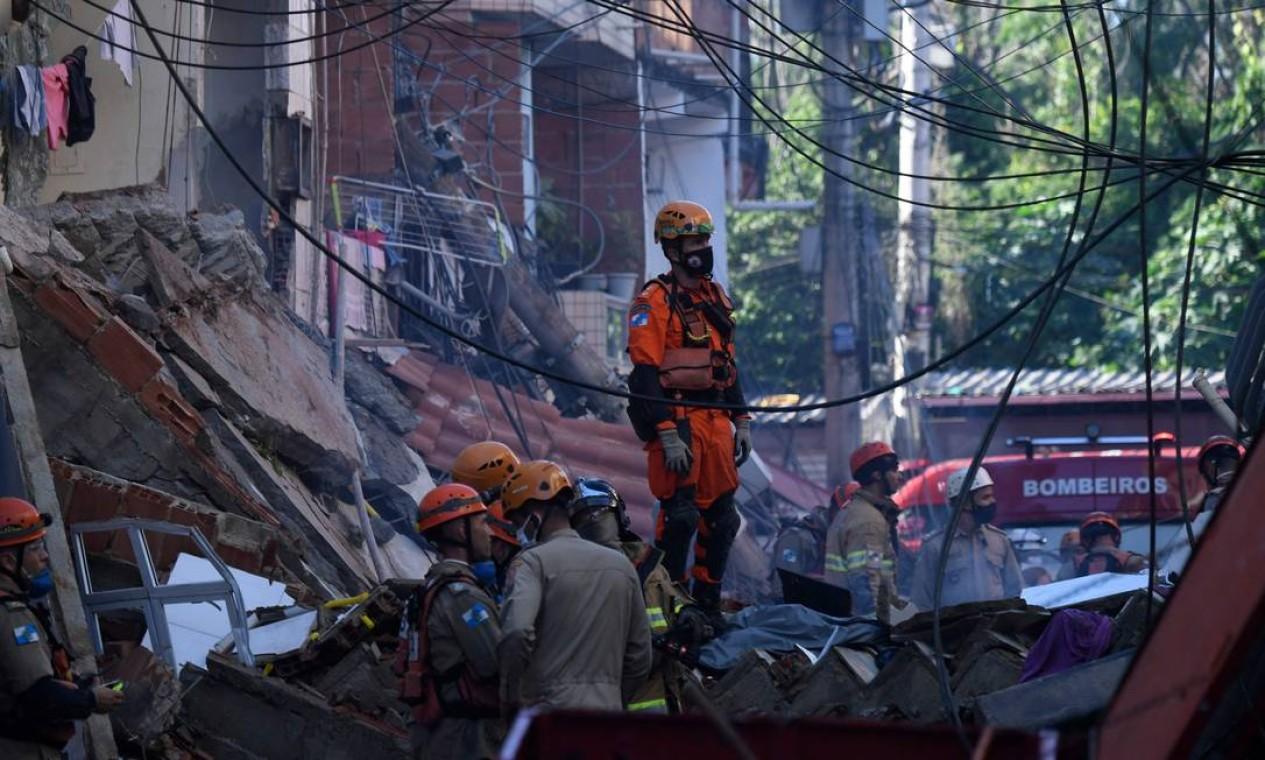 Trabalho dos bombeiros é delicado pelo risco de novos desabamentos e focos de incêndio Foto: MAURO PIMENTEL / AFP