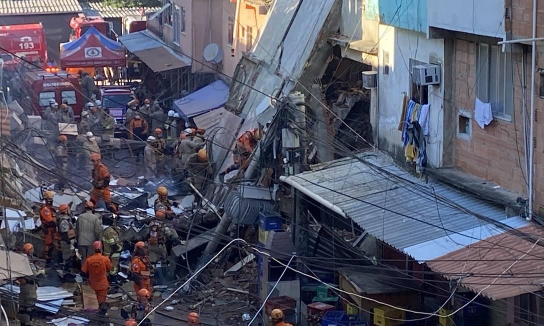 Bombeiros trabalham no resgate de vítimas de desabamento em Rio das Pedras Foto: Márcia Foletto