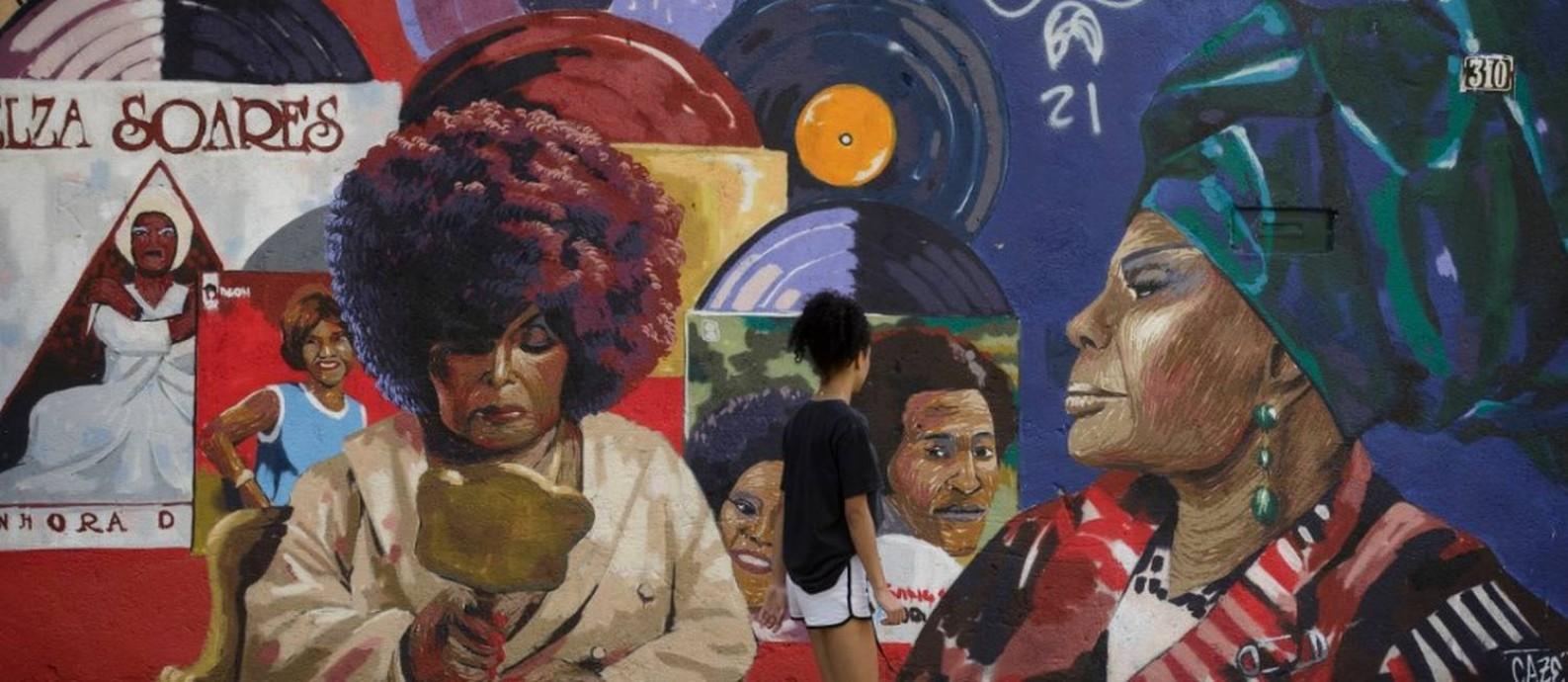 Movimento Negro Muro, idealizado em 2018 por Pedro Rajão e Cazé, vem pintando painéis com personalidades negras do Brasil e de fora. Na foto, painel sobre Elza Soares, em Água Santa Foto: Márcia Foletto / Agência O Globo