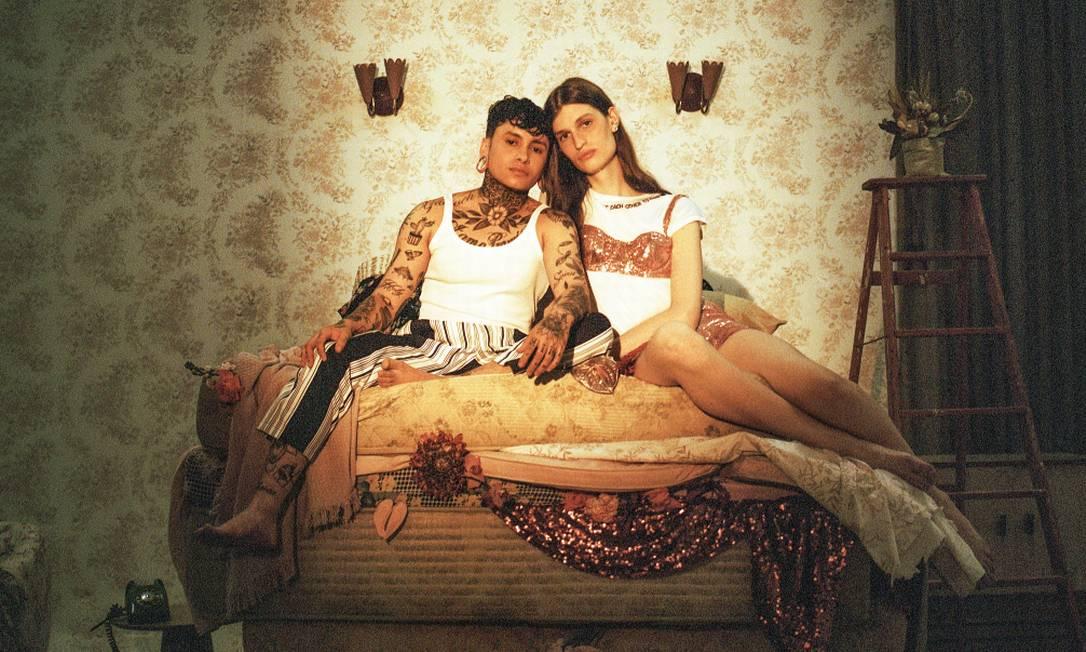 O casal Lana Santucci, uma mulher trans, e o body piercer Estevan Vicent, um homens trans Foto: Cai Ramalho | Edição de moda larissa lucchese
