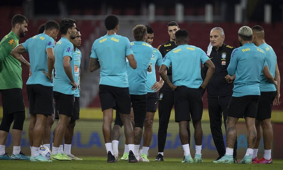 Tite conversa com jogadores antes de último treino para enfrentar o Equadoer Foto: Lucas Figueiredo/CBF