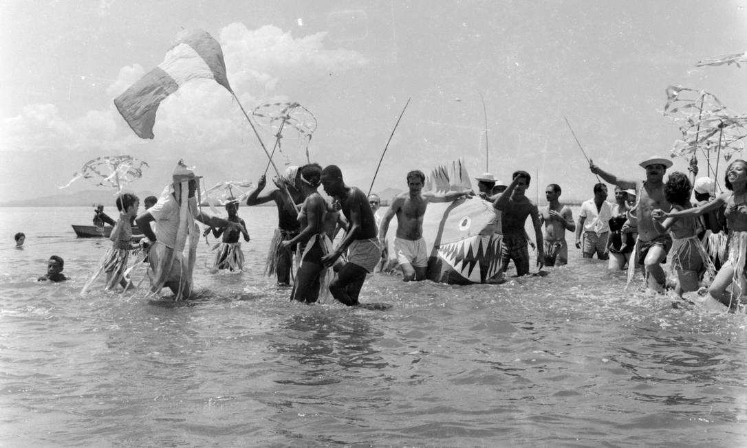 Cultura. Banho de mar à fantasia na Praia de Ramos Foto: Rodo / Divulgação