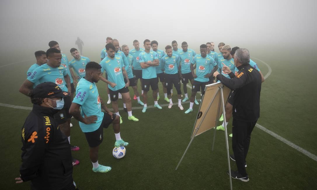 Tite conversa com jogadores durante treino da seleção brasileira Foto: Lucas Figueiredo / CBF