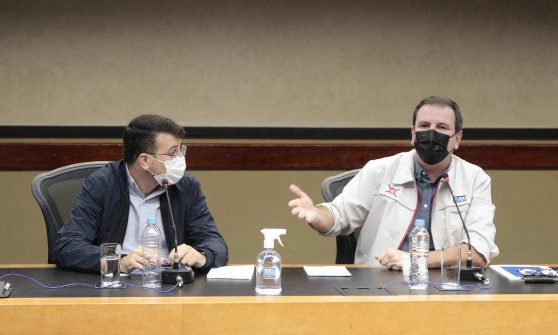 O secretário de Saúde, Daniel Soranz, e o prefeito Eduardo Paes na apresentação de boletim epidemiológico Foto: Marcelo Piu / Divulgação Prefeitura do Rio