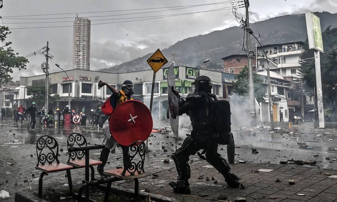 Manifestante entra em confronto com um policial de choque durante um novo protesto contra o governo do presidente colombiano Iván Duque, em Medellín, Colômbia Foto: JOAQUIN SARMIENTO / AFP