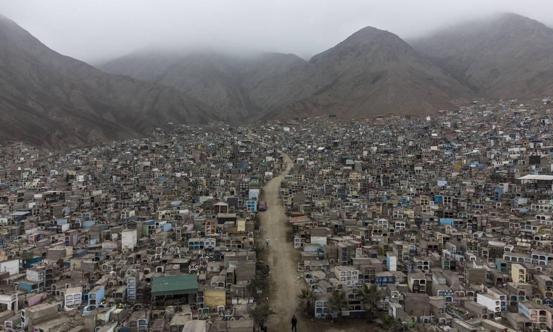 Vista aérea do cemitério Heroes, na periferia norte de Lima, Peru. País mais que dobrou seu número oficial de mortes pela Covid-19, tornando-se o país com a maior mortalidade per capita da doença em todo o mundo Foto: ERNESTO BENAVIDES / AFP
