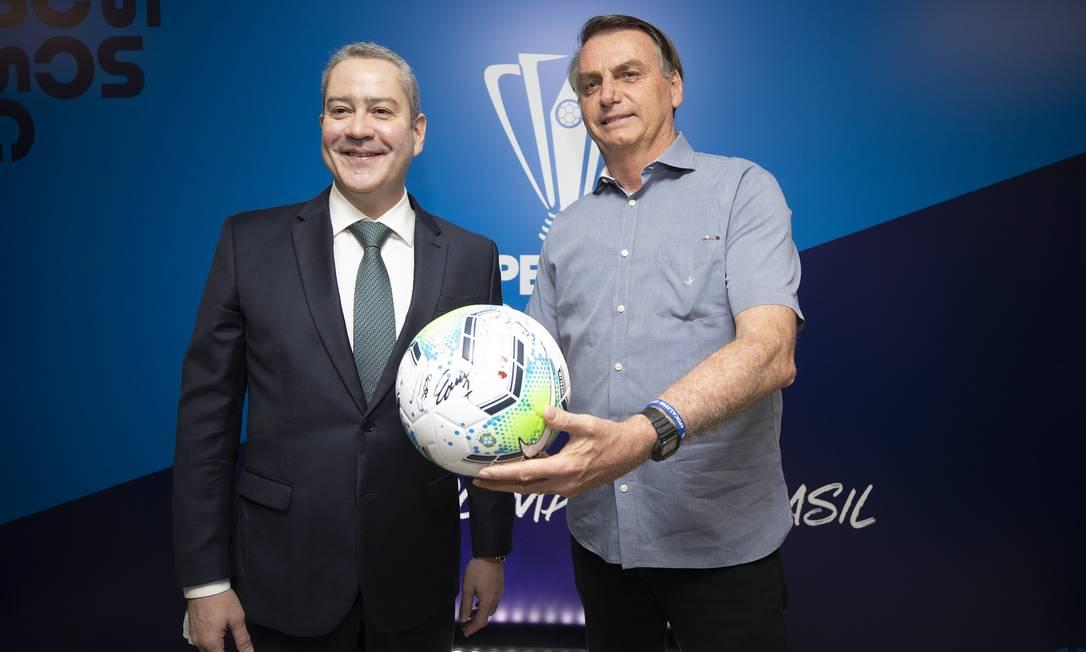 Rogério Caboclo (à esquerda) acionou presidente Jair Bolsonaro para Copa América ser transferida para o Brasil Foto: Foto Lucas Figueiredo/CBF / Agência O Globo