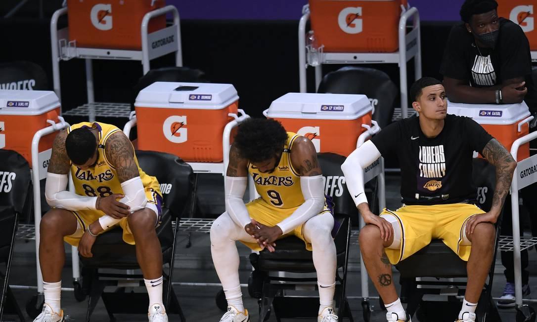 Banco dos Lakers lamenta eliminação para o Phoenix Suns Foto: Harry How / AFP