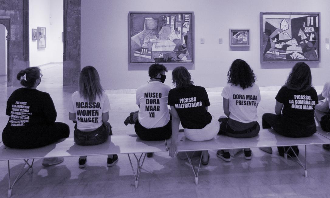 'Picasso, abusador de mulheres': manifestantes visitam museu dedicado ao pintor espanhol em Barcelona vestindo camisetas com frases de protesto contra a relação de Picasso com as mulheres Foto: ISMAEL LLOPIS via REUTERS