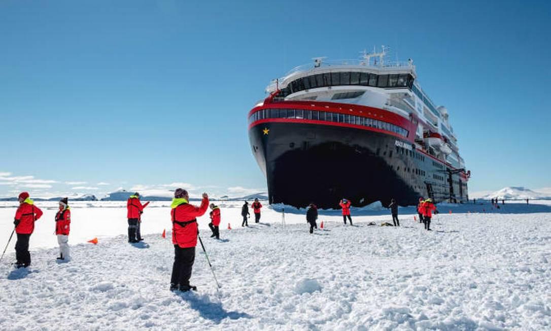Passageiros do MS Roald Amundsen, navio de cruzeiros híbrido da Hurtigruten, durante uma viagem à Antártica Foto: Divulgação