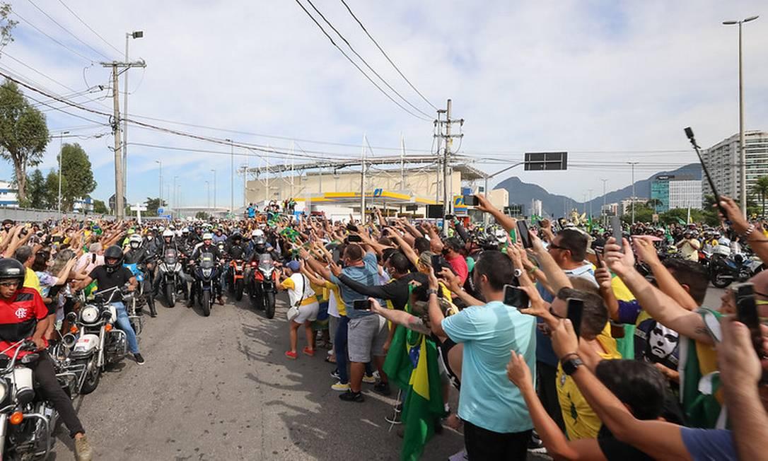 Aglomeração durante passeio de moto promovido por Bolsonaro e com participação do ex-ministro Pazuello Foto: Clauber Cleber Caetano/PR