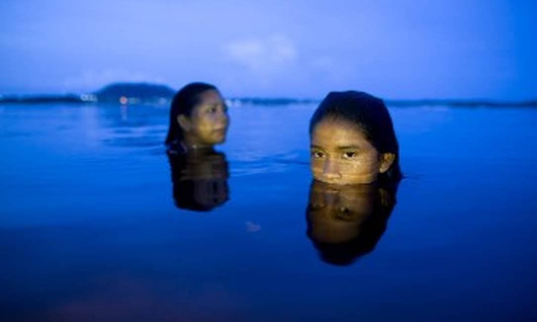 Adolescentes tomam banho de rio na comunidade de Iamado, que fica do outro lado do Rio Negro, em São Gabriel da Cachoeira Foto: Márcia Foletto/25-2-2021