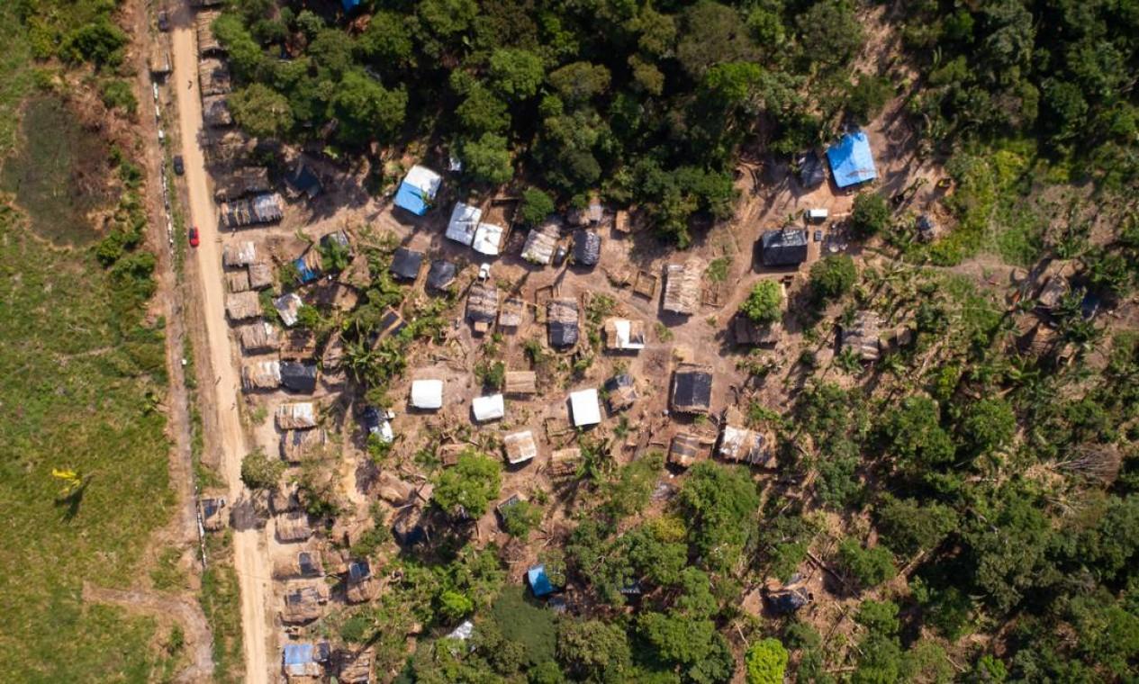 Do alto, é possível ver clareira aberta em meio à Floresta Nacional Foto: Brenno Carvalho / Agência O Globo