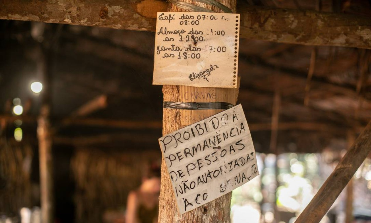 Avisos de horário para refeições e da proibição de pessoas não autorizadas no local Foto: Brenno Carvalho / Agência O Globo