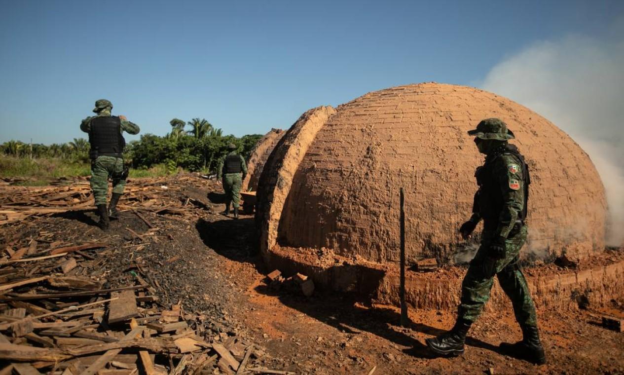 Agentes da PF realizam operação em madeireira irregular às margens da BR-319, próximo a Realidade Foto: Brenno Carvalho / Agência O Globo