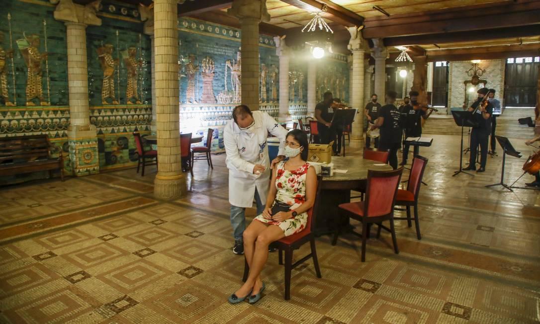 Mulher é imunizada no Teatro Municipal, no Centro do Rio: na próxima semana, vacinação na capital alcançará população com 54 anos Foto: Gabriel de Paiva
