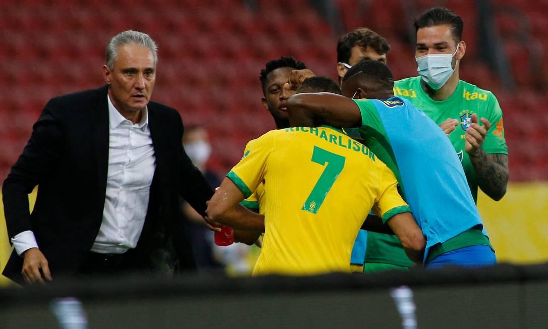 Richarlison vai comemorar o gol do Brasil com Tite Foto: SILVIO AVILA / AFP