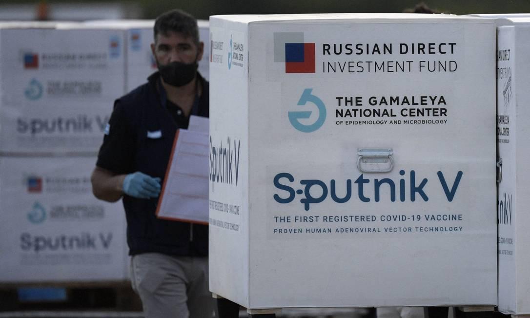 Carregamento com a vacina Sputnik V chega a Buenos Aires, na Argentina Foto: / Juan Mabromata/AFP/12-02-2021