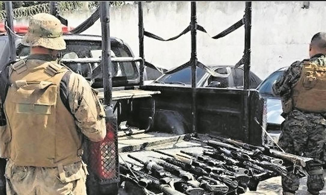 Os fuzis apreendidos pela Polícia Militar: foram presos 45 suspeitos de envolvimento com tráfico de drogas na ocasião Foto: Flávia Junqueira/Arquivo