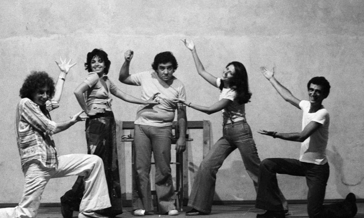 """Em 1975, Marco Nanini, Camila Amado, Claudio Mamberti, Thaís Portinho e André Valli ensaiam a peça """"Desgraças de uma criança"""" Foto: Antonio Nery / Agência O Globo"""