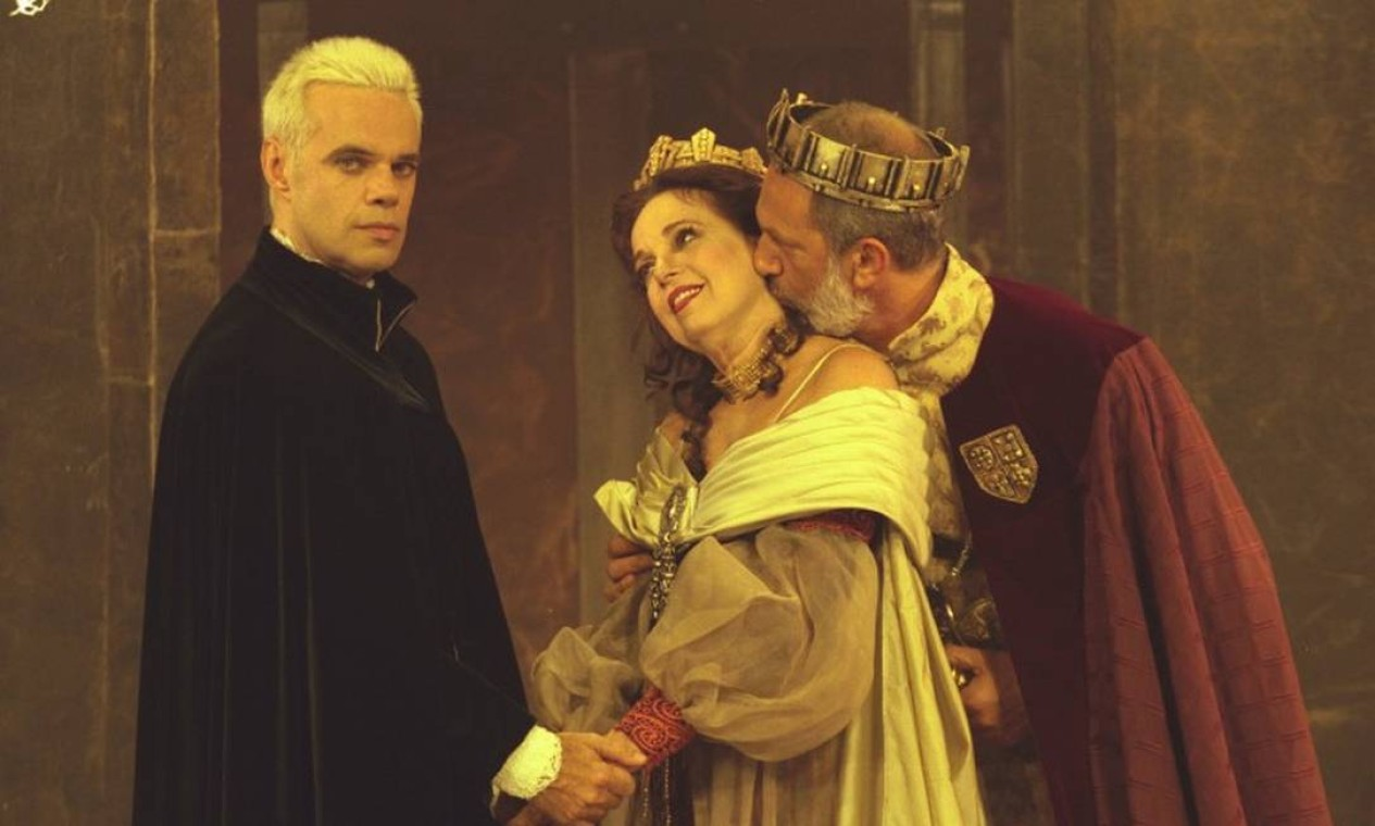 """Com Diogo Vilela e Antônio Petraglia na peça """"Hamlet"""", em 2001 Foto: Ana Branco / Agência O Globo"""