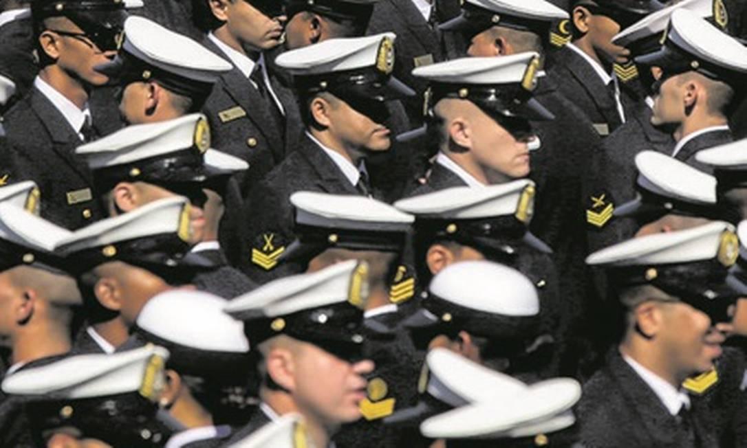 Forças Armadas: as carreiras militares ficaram fora da PEC que altera as regras para os servidores civis Foto: Marcelo Régua