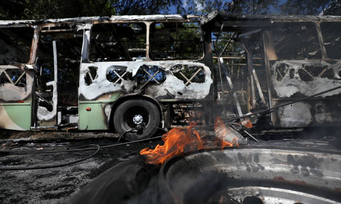 Queima de ônibus em Manaus tem preocupado moradores e autoridades, disseminado o medo e prejudicado o acesso aos postos de trabalho Foto: BRUNO KELLY / REUTERS