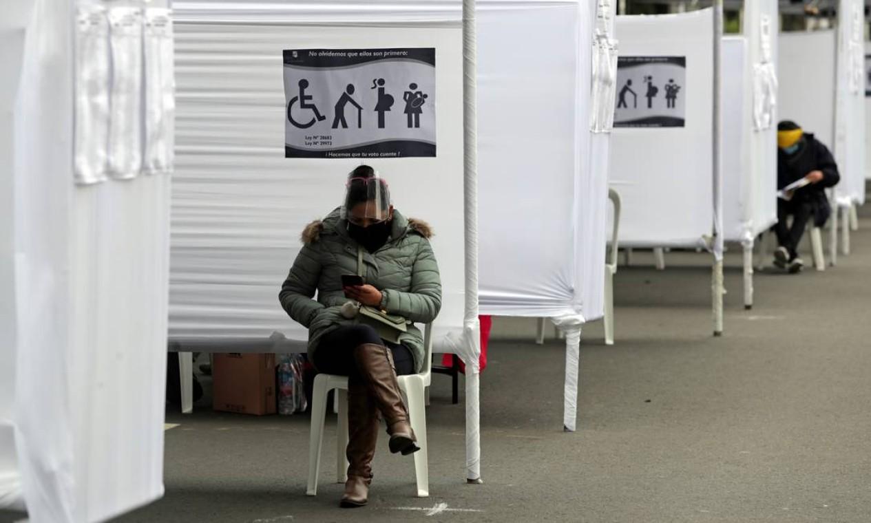 Pessoas esperam para votar no segundo turno das eleições presidenciais entre a candidata de direita Keiko Fujimori, e o socialista Pedro Castillo, em Lima Foto: SEBASTIAN CASTANEDA / REUTERS