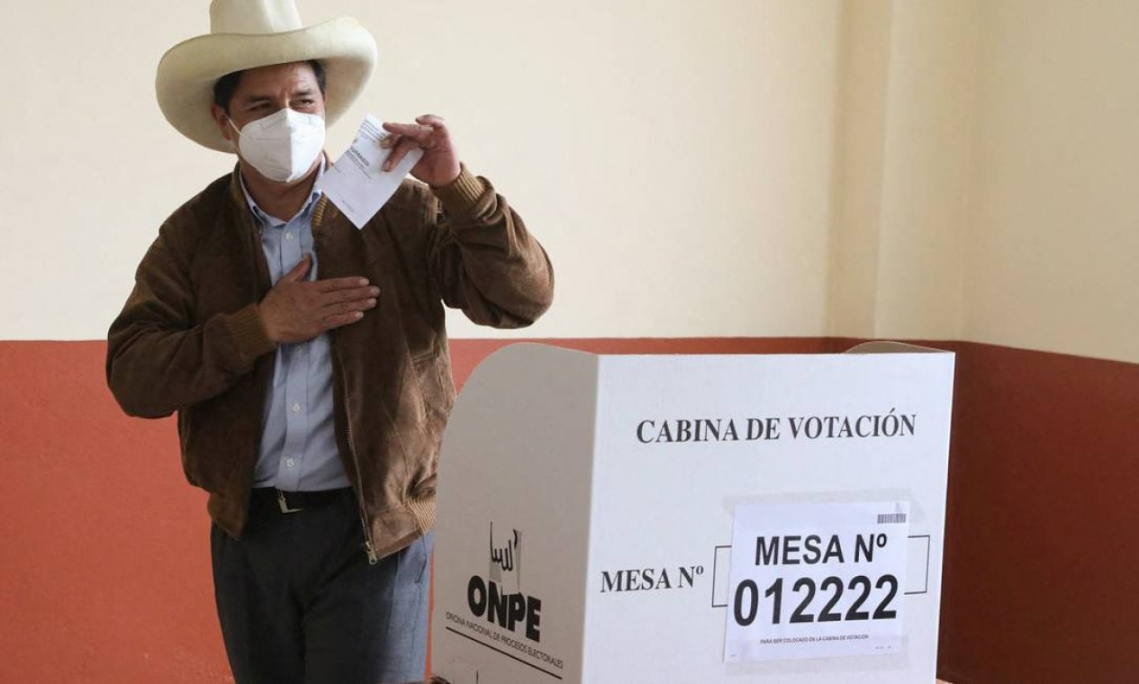 O candidato à presidência do Peru, Pedro Castillo, vota em uma estação de votação em sua cidade natal, Tacabamba, em Cajamarca Foto: ANDRES VALLE / AFP
