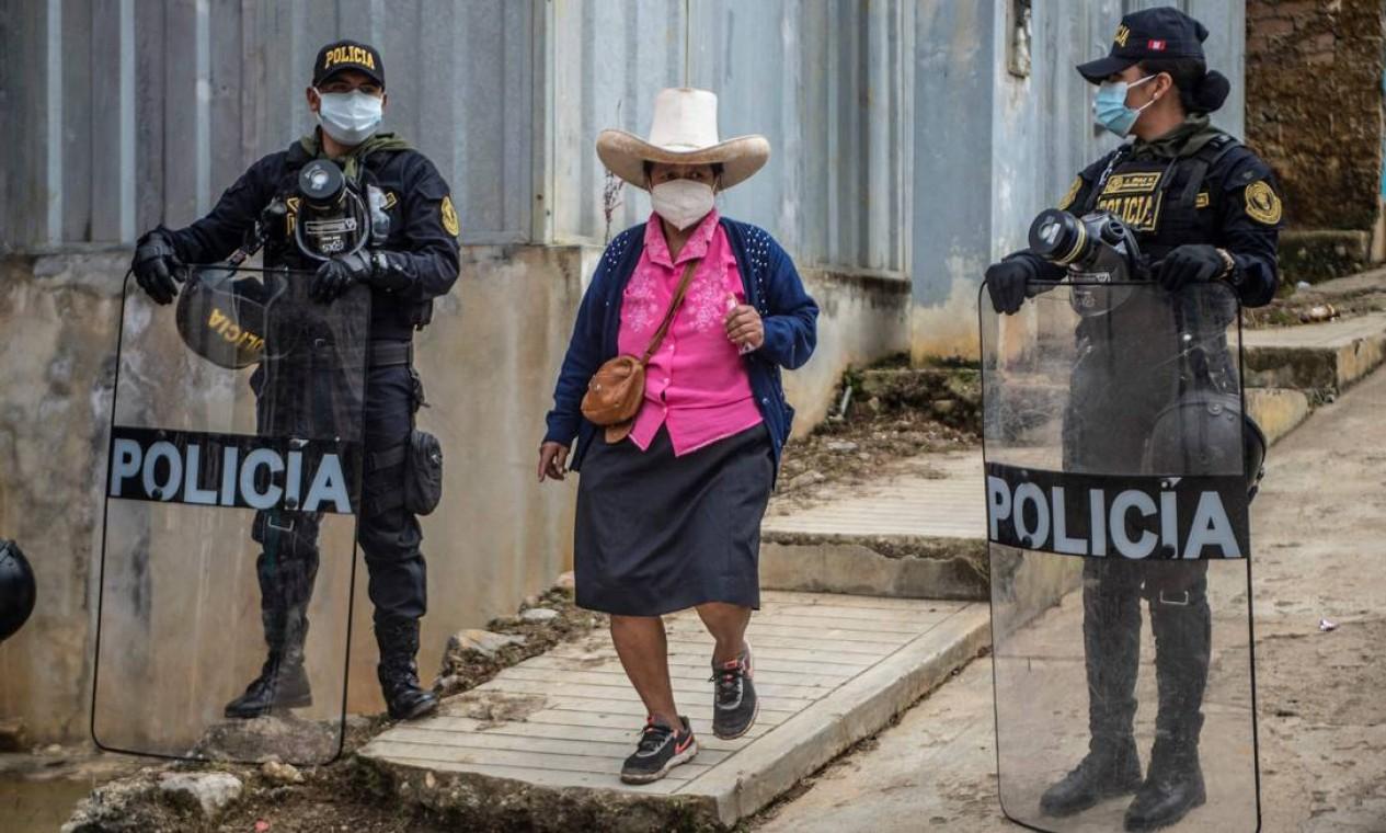 Mulher chega para votar em mesa de voto em Tacabamba, região de Cajamarca, nordeste do Peru Foto: ERNESTO BENAVIDES / AFP