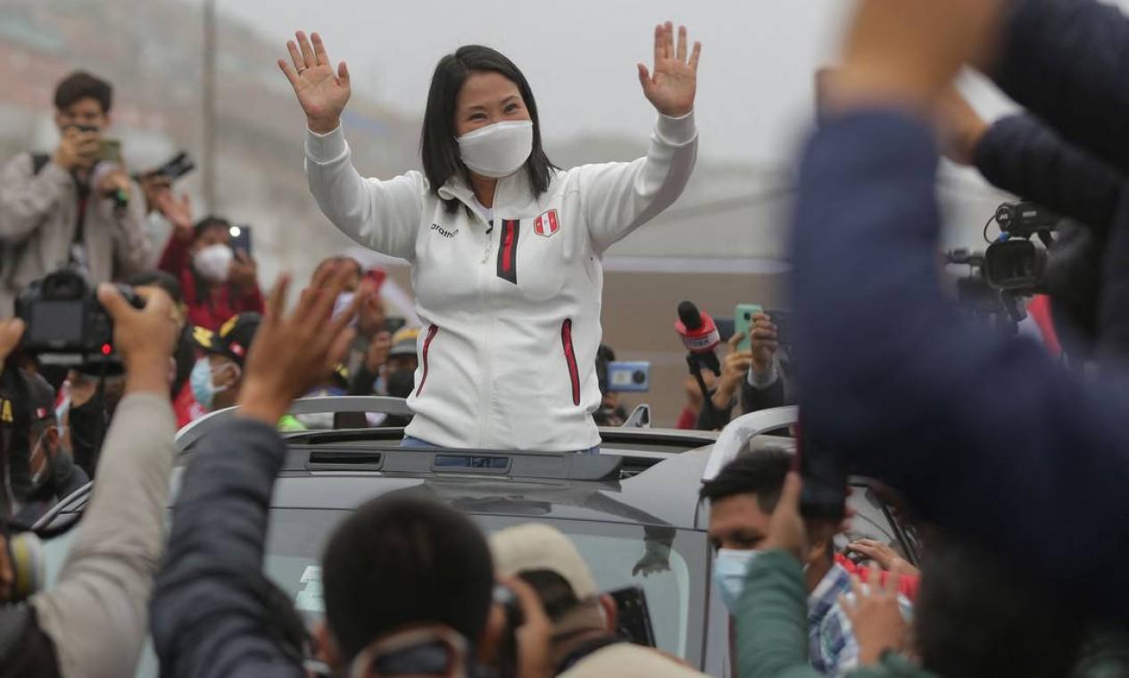 Keiko Fujimorideixa bairro de baixa renda após um café da manhã antes de votar, em Lima Foto: LUKA GONZALES / AFP