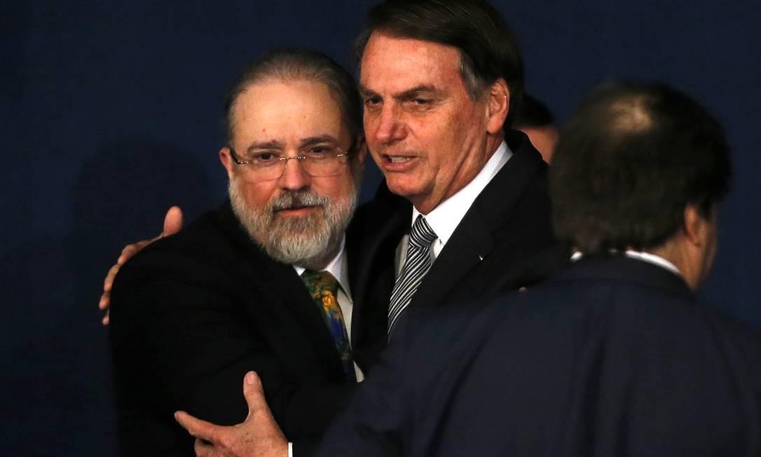 Bolsonaro abraça Aras na posse do PGR, em 2019: presidente o considera 'aliado' do governo Foto: Jorge William / Agência O Globo