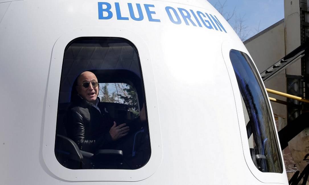 Jeff Bezos em protótipo da cápsula do New Shepard, que o levará ao espaço no próximo dia 20 de julho Foto: Isaiah Downing / REUTERS