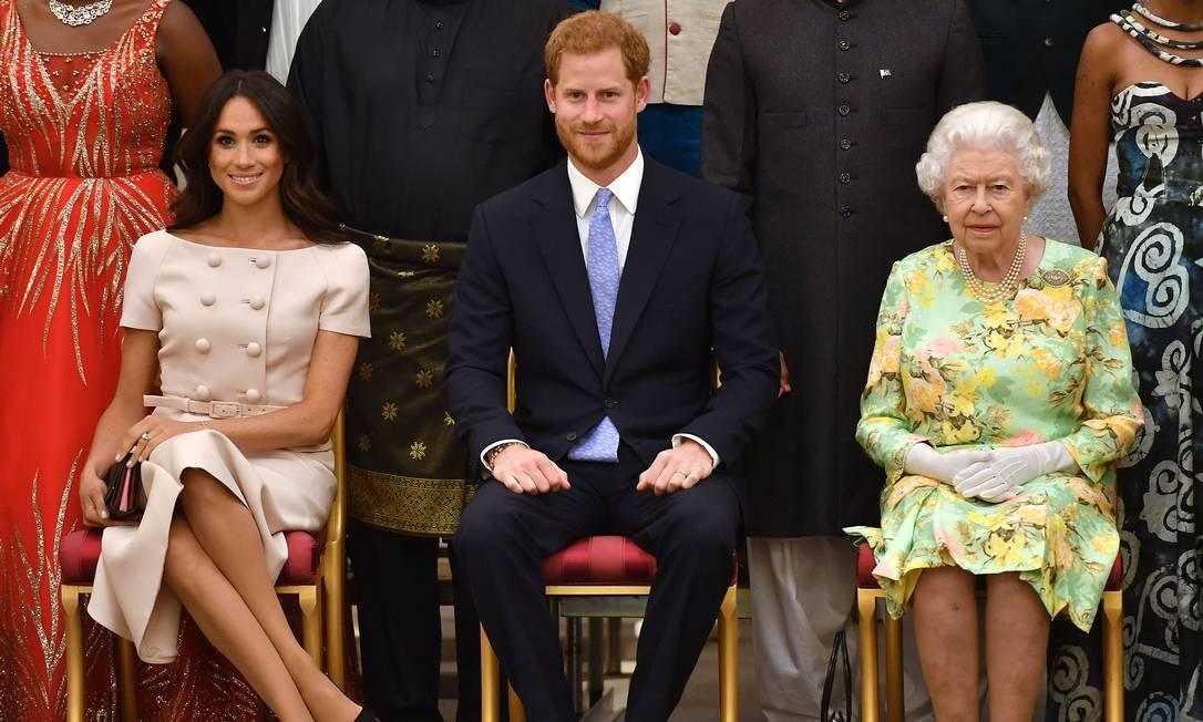 Meghan, Harry e Elizabeth II durante premiação no Palácio de Buckingham em 2018. Foto: WPA Pool / Getty Images