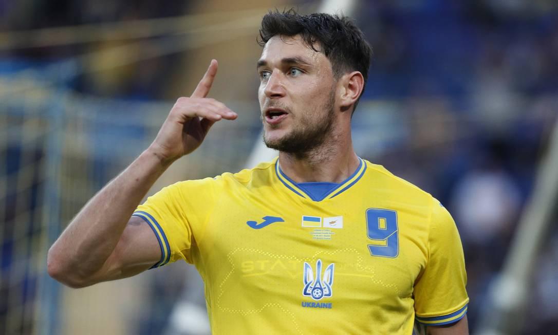 Yaremchuk, jogador da Ucrânia, posa com nova camisa após marcar sobre o Chipre Foto: GLEB GARANICH / REUTERS