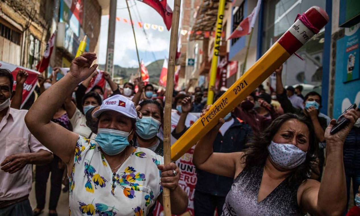 Apoiadores do candidato presidencial de esquerda peruano pelo partido Peru Libre, Pedro Castillo, marcham em Tacabamba, região de Cajamarca, nordeste do Peru Foto: ERNESTO BENAVIDES / AFP