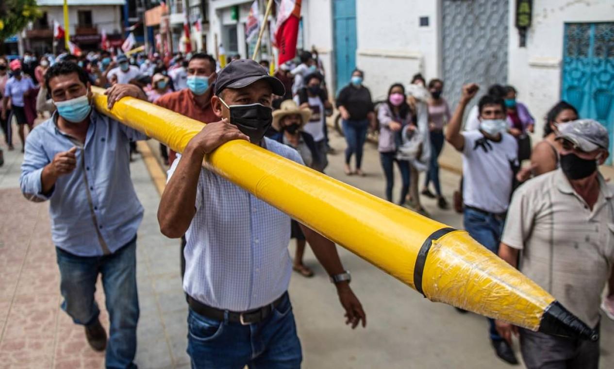 Apoiadores do candidato presidencial de esquerda peruano pelo partido Peru Libre, Pedro Castillo Foto: ERNESTO BENAVIDES / AFP
