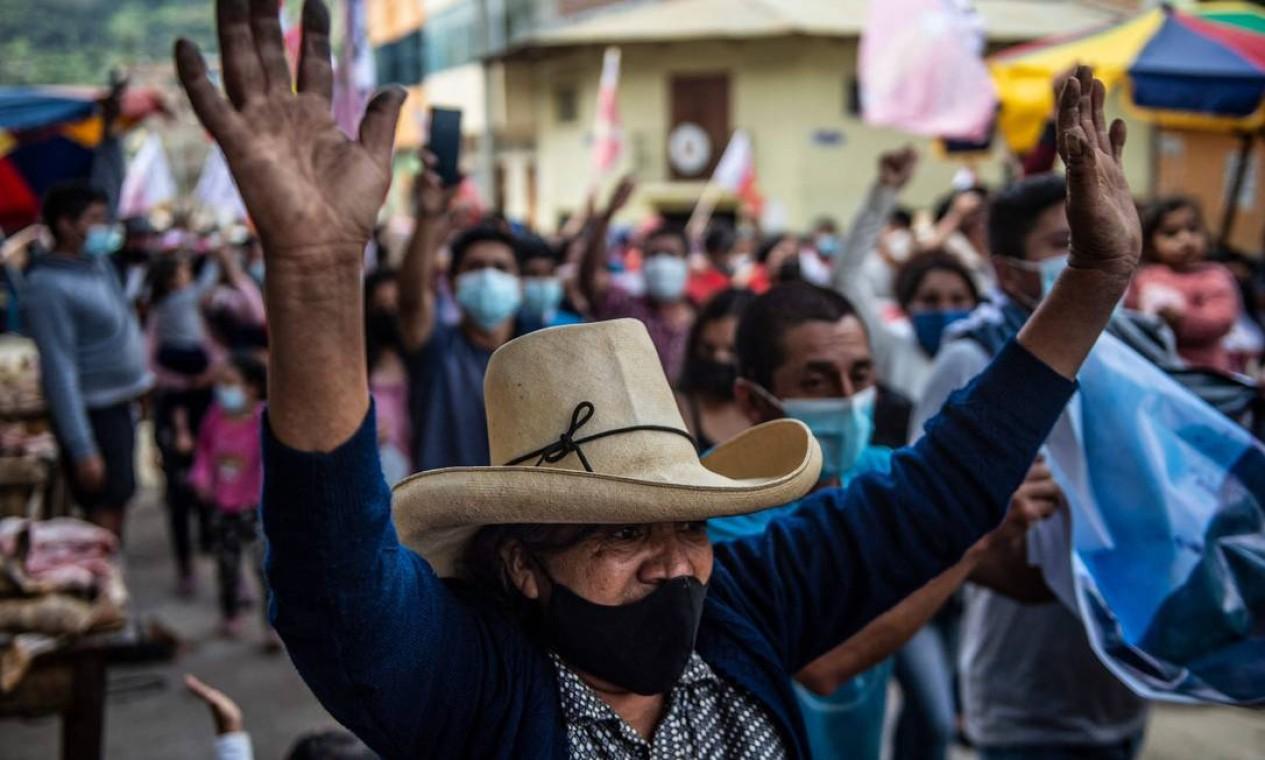 Apoiadores do candidato presidencial de esquerda peruano pelo partido Peru Libre, Pedro Castillo, marcham em Tacabamba Foto: ERNESTO BENAVIDES / AFP