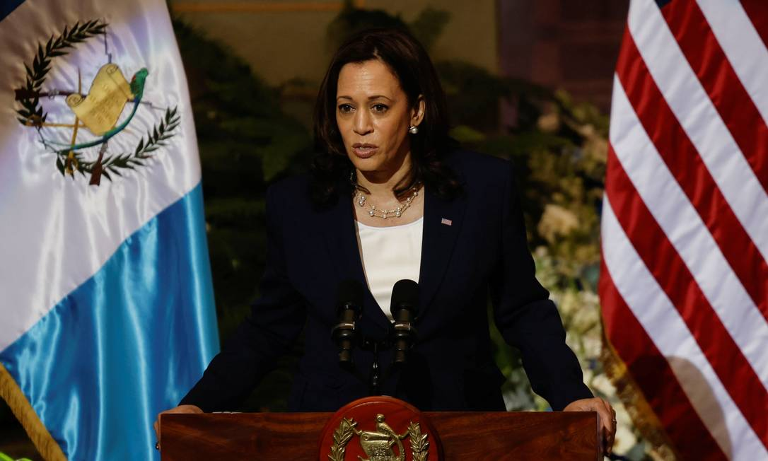 A vice-presidente dos EUA, Kamala Harris, em entrevista após reunião com o presidente da Guatemala, Alejandro Giammattei, na Cidade da Guatemala Foto: Carlos Barria / Reuters