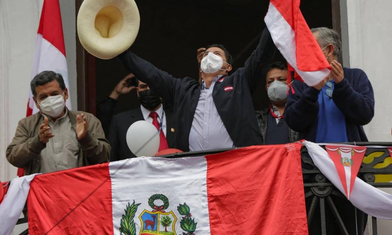 Pedro Castillo comemora na sacada da sede do partido em Lima a liderança na apuração dos votos Foto: LUKA GONZALES / AFP