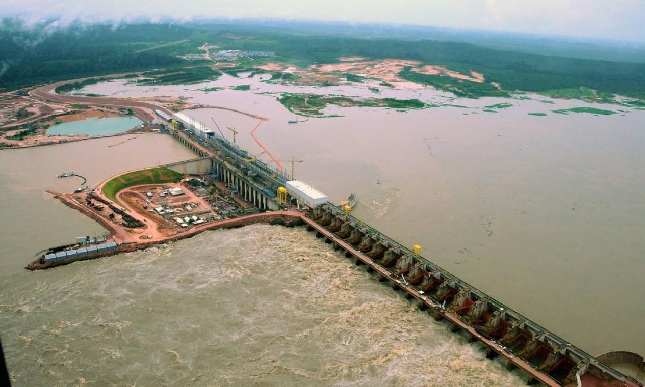 Casa de força e vertedouro da usina hidrelétrica de Jirau, no rio Madeira, em Rondônia. Com capacidade instalada de 3.750 megawatts, ela está em operação no Rio Madeira, na Bacia Amazônica, desde 2013 Foto: Agência O Globo