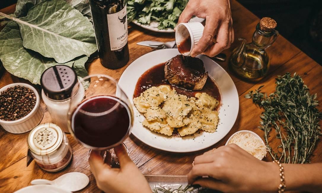 Fazer um jantar a dois é opção para comemorar a data Foto: Pexels